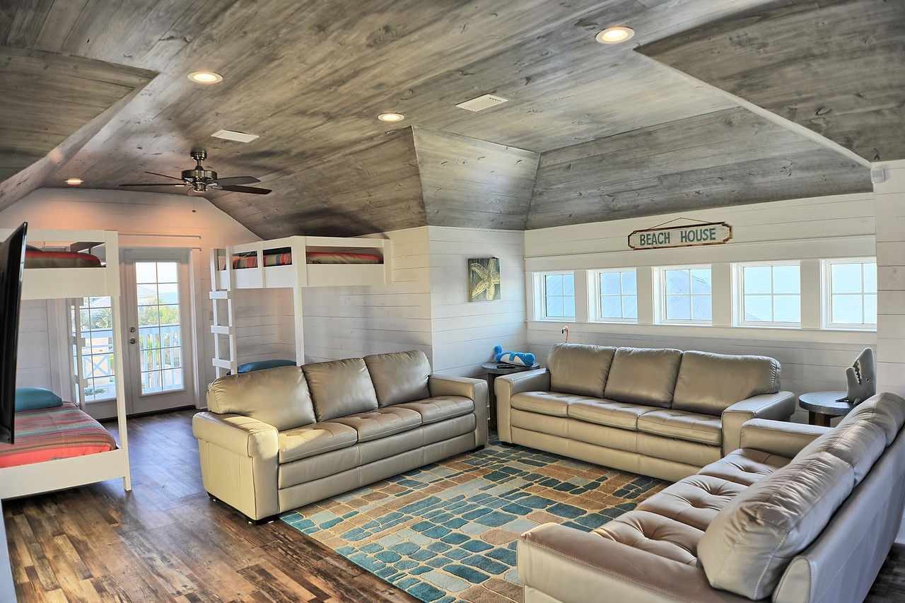 Chill Pill Bunk Room sleeps 8 in built-in bunks, plus lounge